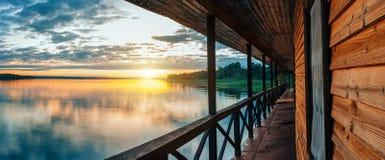 Por do sol em um lago calmo foto de stock