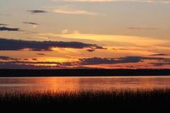 Por do sol em um lago do norte Fotos de Stock