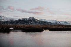 Por do sol em um lago nas montanhas em Islândia Fotos de Stock