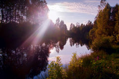 Por do sol em um lago pequeno imagem de stock