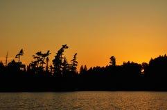 Por do sol em um lago remoto wilderness fotos de stock