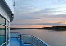 Por do sol em um rio de uma plataforma de um navio Imagens de Stock Royalty Free