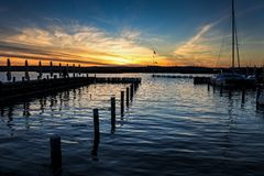 Por do sol em uma beira do lago fotografia de stock royalty free