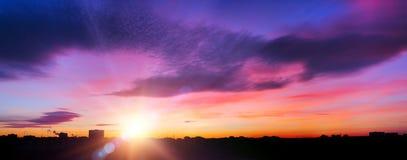 Por do sol em uma cidade Imagens de Stock