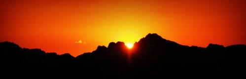 Por do sol em uma cordilheira Imagem de Stock