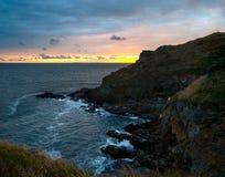 Por do sol em uma costa rochosa, Normandy, França Imagem de Stock