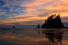 Por do sol em uma praia Imagem de Stock Royalty Free