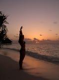 Por do sol em uma praia Fotos de Stock Royalty Free