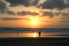 Por do sol em uma praia arenosa perfeita foto de stock