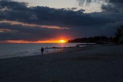 Por do sol em uma praia bonita imagens de stock