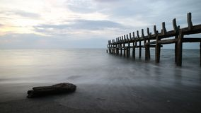 Por do sol em uma praia bonita imagens de stock royalty free