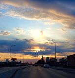Por do sol em uma rua da cidade Foto de Stock