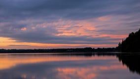 Por do sol enchido nuvem sobre o lago canadense fotos de stock
