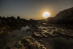 Por do sol endurecido do por do sol do magma da lava sobre o mar e as montanhas refletido nas montanhas e no céu dos lagos das po fotografia de stock