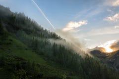Por do sol enevoado nas montanhas do Karwendelgebirge imagens de stock royalty free