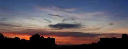 Por do sol ensanguentado na cidade fotografia de stock royalty free