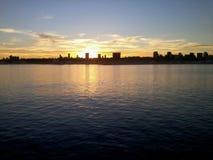 Por do sol ensolarado no mar Por do sol que enfrenta o mar Imagens de Stock