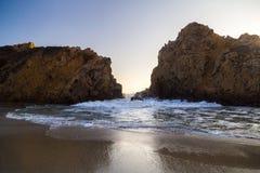 Por do sol entre duas rochas no parque estadual de Pfeiffer, Big Sur, Californ foto de stock royalty free