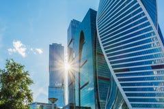 Por do sol entre os arranha-céus da cidade de Moscou Fotos de Stock Royalty Free
