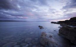 Por do sol escocês da praia das montanhas Imagem de Stock Royalty Free
