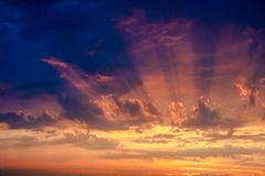 Por do sol escuro Imagem de Stock