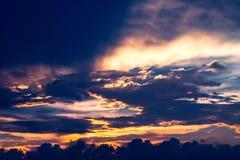 Por do sol escuro bonito do céu em Tailândia Fotos de Stock Royalty Free