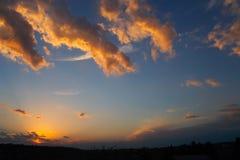 Por do sol escuro. Sibir. Fotografia de Stock