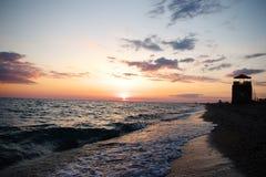 Por do sol espectacular do mar Nuvens no fundo do por do sol imagens de stock