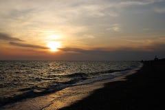 Por do sol espectacular do mar Nuvens no fundo do por do sol fotos de stock royalty free