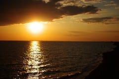 Por do sol espectacular do mar Nuvens no fundo do por do sol fotografia de stock