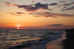 Por do sol espectacular do mar Nuvens no fundo do por do sol fotografia de stock royalty free