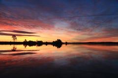 Por do sol espelhado no rio Imagem de Stock Royalty Free