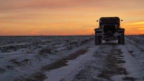 Por do sol extremo velho da viagem por estrada dos pneus de carro 4x4 Fotografia de Stock