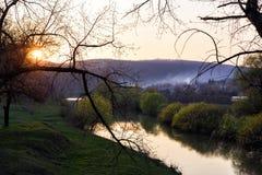 Por do sol fabuloso fora da cidade no rio Imagens de Stock
