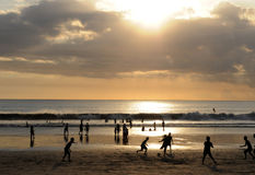 Por do sol famoso de Bali da praia de Kuta Fotografia de Stock Royalty Free