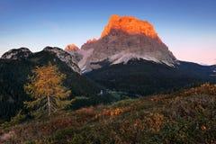 Por do sol fantástico nas montanhas das dolomites, Tirol sul, Itália no outono Panorama alpino italiano na montanha de Dolomiti n imagem de stock