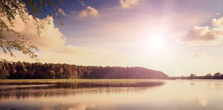 Por do sol fantástico sobre o lago, o estilo de Front View, retro e do vintage imagens de stock