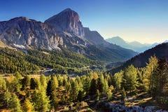 Por do sol fant?stico nas montanhas das dolomites, Tirol sul, It?lia no outono Panorama alpino italiano na montanha de Dolomiti n fotografia de stock