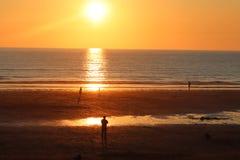 Por do sol fistral da praia de Newquay Cornualha, fulgor impressionante da luz foto de stock royalty free