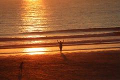 Por do sol fistral da praia de Newquay Cornualha, fulgor impressionante da luz fotografia de stock royalty free