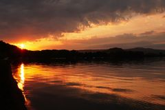 Por do sol do fogo no lago Bolsena imagem de stock royalty free