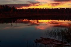 Por do sol do fogo no lago da floresta imagens de stock