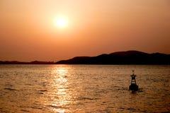 Por do sol fora da costa. fotografia de stock