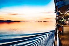 Por do sol fora da costa do Alasca imagem de stock
