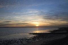 Por do sol fora do Canvey Island, Essex, Inglaterra Fotografia de Stock Royalty Free