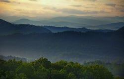 Por do sol fumarento das montanhas Imagens de Stock