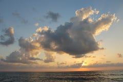 Por do sol glorioso e nuvens fotografia de stock