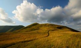 Por do sol gramíneo da fuga de montanhas Foto de Stock