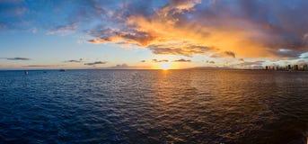 Por do sol havaiano dourado foto de stock