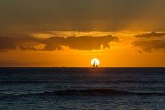 Por do sol havaiano tropical alaranjado espetacular Foto de Stock Royalty Free